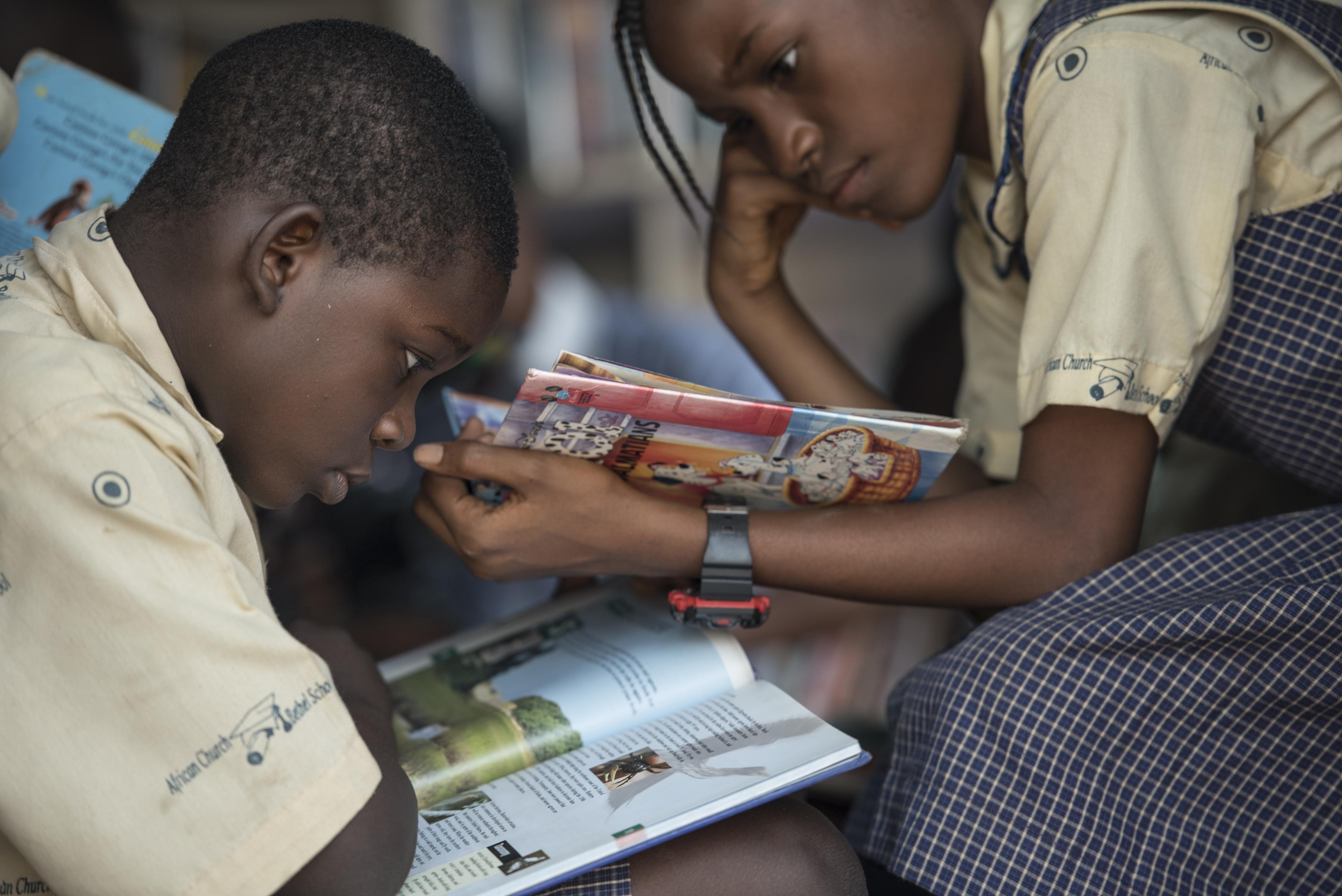 nig ria des biblioth ques mobiles pour donner le go t de la lecture aux enfants. Black Bedroom Furniture Sets. Home Design Ideas